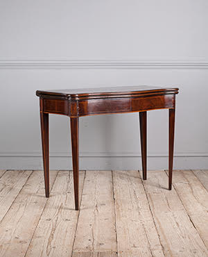 Serpentine card table - £ 1520